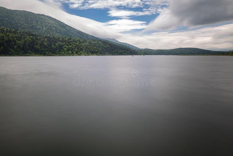 Vista scenica sul bello cerknica intermittente del lago, con acqua nell'esposizione lunga, stagione primaverile, Slovenia fotografia stock libera da diritti