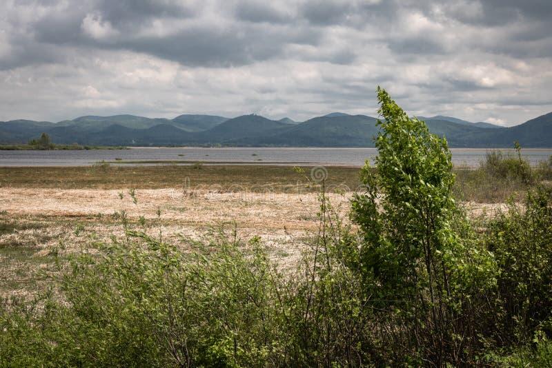Vista scenica sul bello cerknica intermittente del lago, con acqua, stagione primaverile, Slovenia immagine stock libera da diritti
