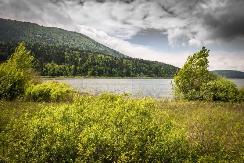 Vista scenica sul bello cerknica intermittente del lago, con acqua, stagione primaverile, Slovenia fotografie stock libere da diritti
