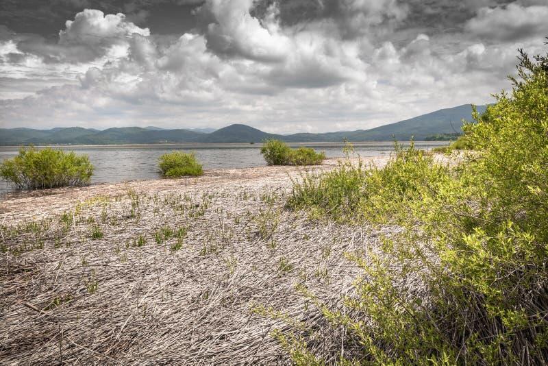 Vista scenica sul bello cerknica intermittente del lago, con acqua, stagione primaverile, Slovenia fotografia stock libera da diritti