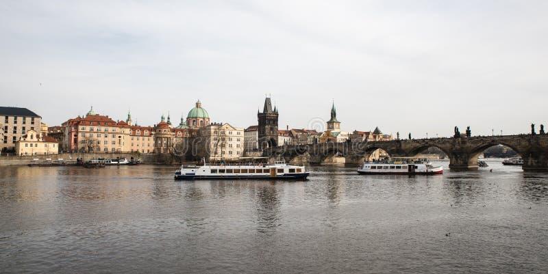 Vista scenica sul fiume della Moldava e sul centro storico di Praga, buil immagine stock