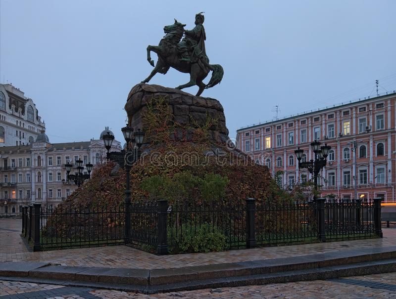 Vista scenica sul monumento di Bohdan Khmelnitsky del hetman su Sofia Square, Kyiv, Ucraina Mattina in anticipo di autunno immagini stock