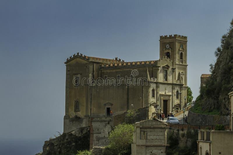 Vista scenica variopinta spettacolare della chiesa di San Michele nella città di Savoca in Sicilia fotografia stock libera da diritti