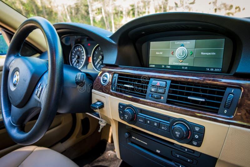 Vista scintillante del cruscotto della grafite di serie E90 330i di BMW 3 alla m. immagini stock libere da diritti