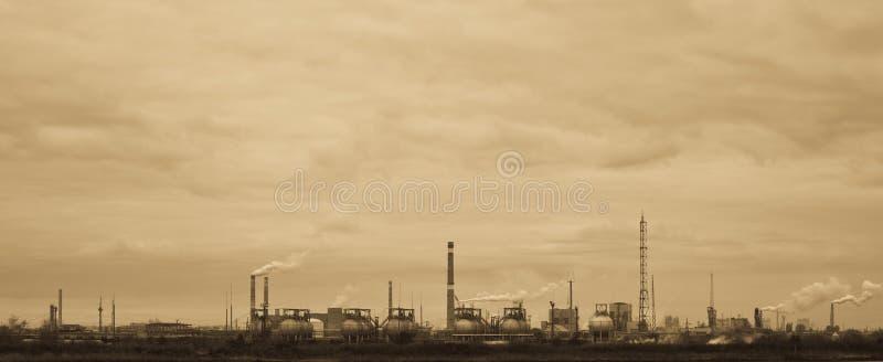 vista Sepia-tonificada da fábrica química velha fotografia de stock royalty free
