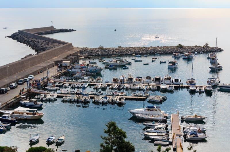 Vista Sicilia, Italia del porticciolo di Cefalu immagine stock libera da diritti