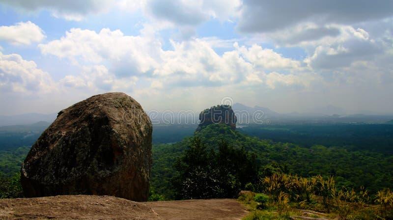 Vista a Sigiriya aka Lion Rock da montanha de Pidurangala em Sri Lanka imagens de stock