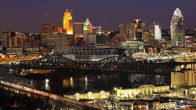 Vista skyline do Cincinnati, Ohio na noite imagens de stock royalty free