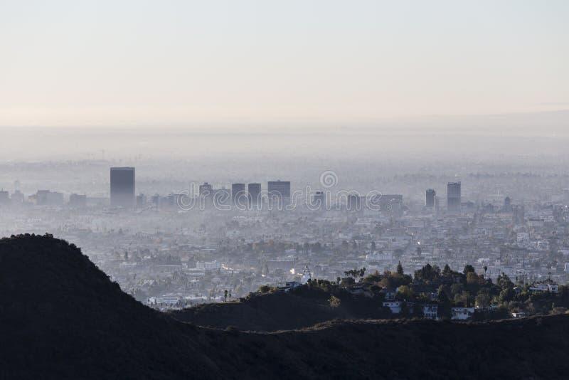 Vista Smoggy nebbiosa di mattina della metà di città di Los Angeles fotografia stock