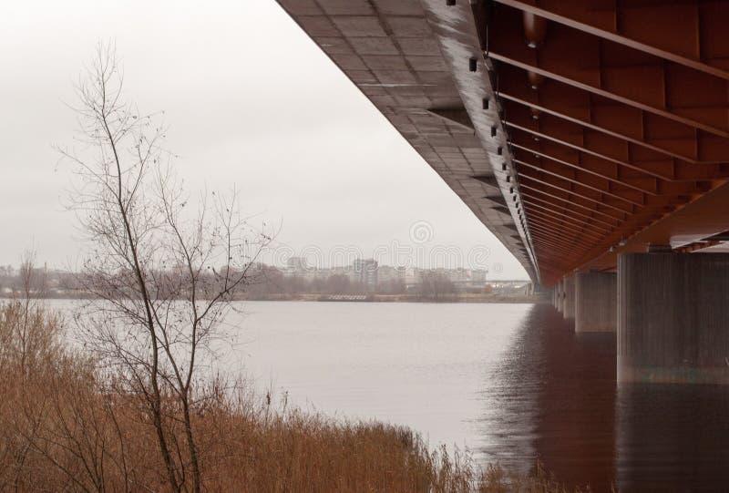 Vista sob a ponte imagem de stock