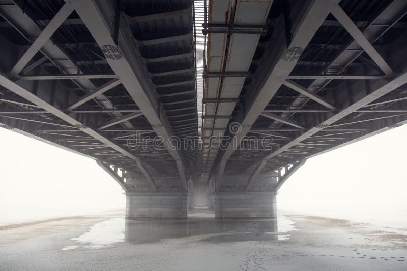 Vista sob a ponte na névoa, perspectiva imagem de stock royalty free