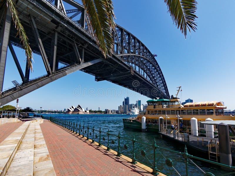 Vista sob Sydney Harbour Bridge ao teatro da ópera, Austrália imagem de stock