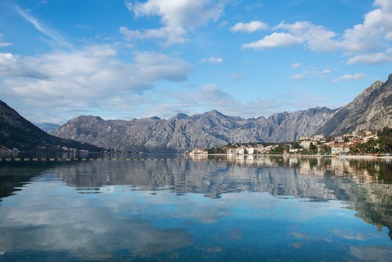 A vista sobre a baía de Kotor em Montenegro, Balcãs foto de stock