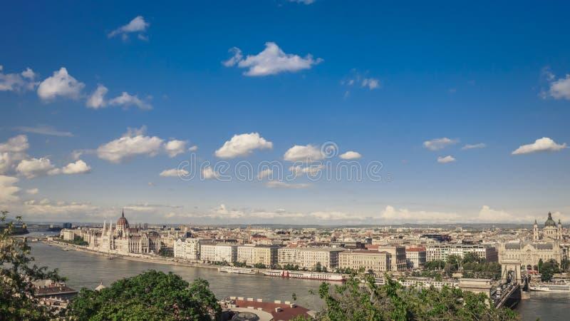 Vista sobre Budapest com constru??o do parlamento e Dan?bio de Buda Castle imagem de stock