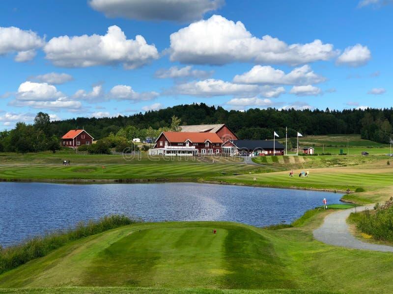 Vista sobre a casa do clube de Golfstar Brollsta do nono T fotografia de stock royalty free
