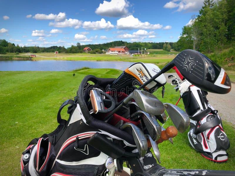 Vista sobre a casa do clube de Golfstar Brollsta do nono T foto de stock