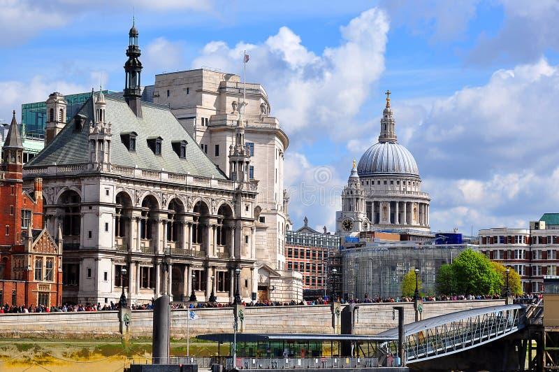 Vista sobre a catedral superior da rua de Tamisa e do ` s de St Paul, Londres, Reino Unido fotos de stock royalty free