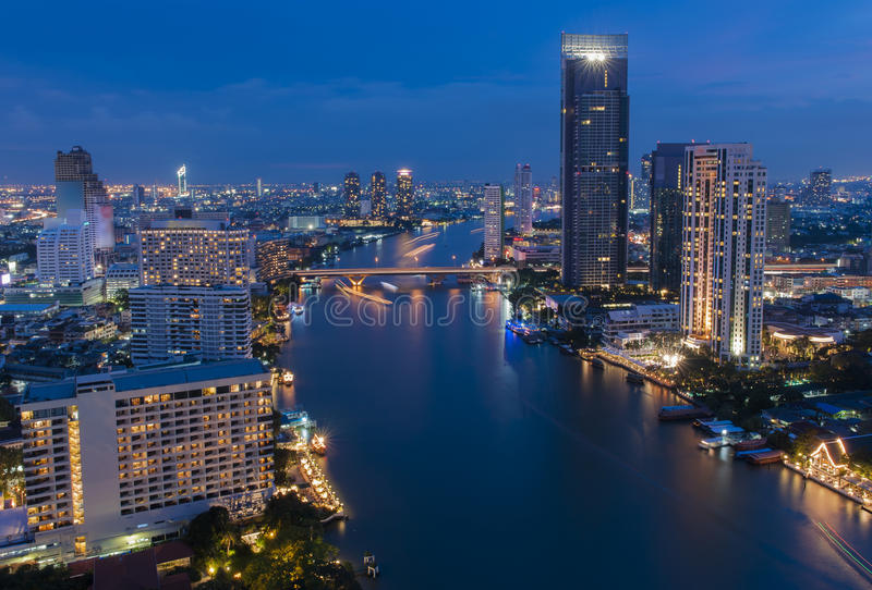 Vista sobre a cidade de Banguecoque no crepúsculo fotografia de stock