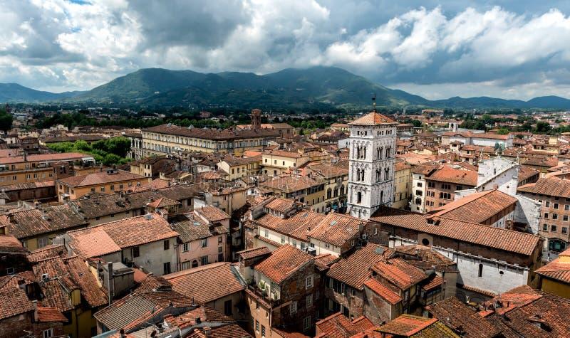 Vista sobre a cidade italiana Lucca imagem de stock