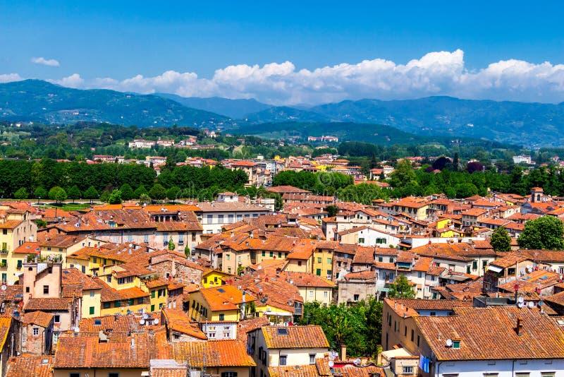 Vista sobre a cidade italiana Lucca com os telhados típicos da terracota imagem de stock royalty free