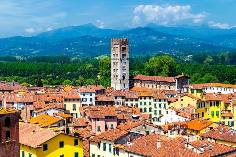 Vista sobre a cidade italiana Lucca com os telhados típicos da terracota imagens de stock royalty free