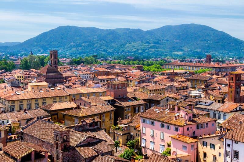 Vista sobre a cidade italiana Lucca com os telhados típicos da terracota fotografia de stock