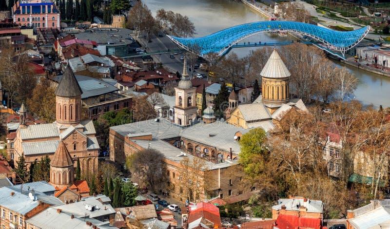 Vista sobre a cidade velha de Tbilisi e a catedral ortodoxo de Sioni, Ge?rgia imagem de stock