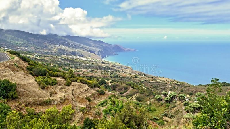 Vista sobre a costa leste verde e selvagem do La Palma, ilha canarina fotos de stock
