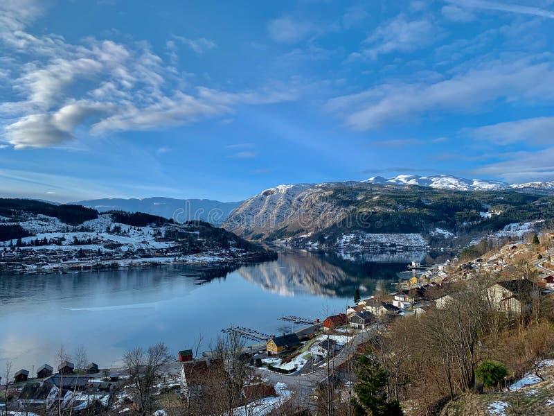 Vista sobre Hardangerfjord e a cidade de Ulvik, na Noruega foto de stock