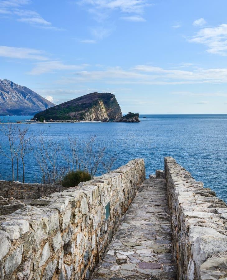 A vista sobre a ilha de Nikolas de Saint e o mar de adriático do imagens de stock