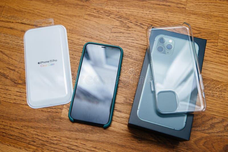Vista sobre la mesa de madera del iphone Clear Case sin boxear foto de archivo libre de regalías