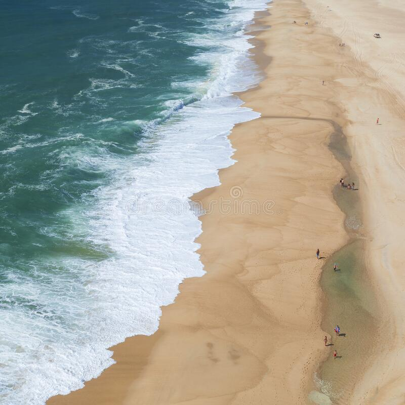 Vista sobre la playa y el océano con olas desde arriba, en el faro Nazaré en Portugal imagen de archivo libre de regalías