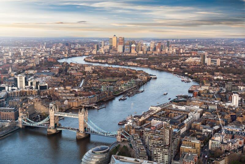 Vista sobre Londres: da ponte da torre ao longo da Tamisa a Canary Wharf fotos de stock