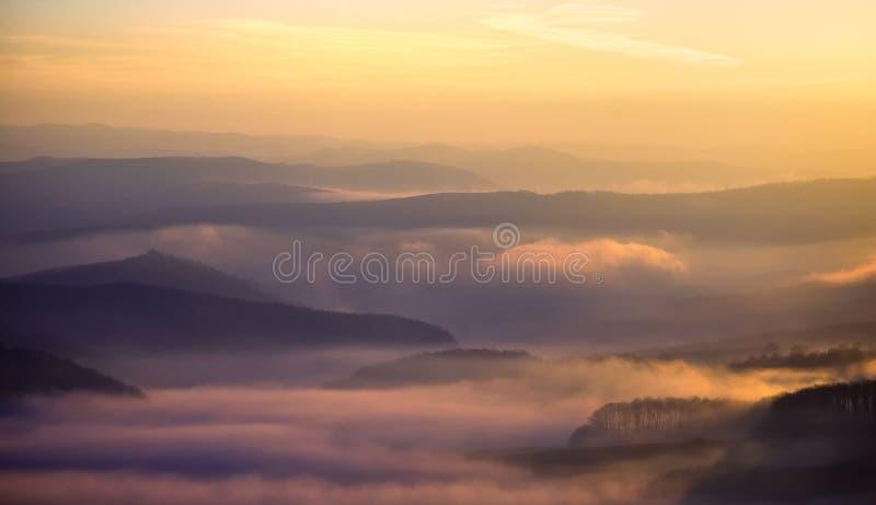 Vista sobre montes em uma manhã enevoada colorida foto de stock royalty free