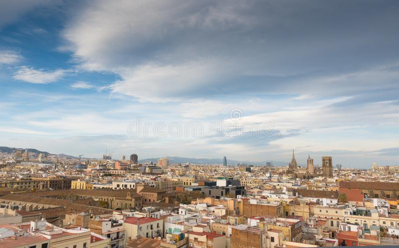 Vista sobre o céu nebuloso da cidade de Barcelona imagem de stock royalty free