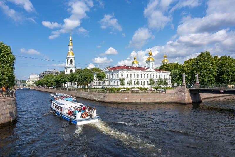 Vista sobre o canal de Kryukov e o St Nicholas Naval Cathedral Nikolsky Sobor, St Petersburg, Rússia imagens de stock royalty free