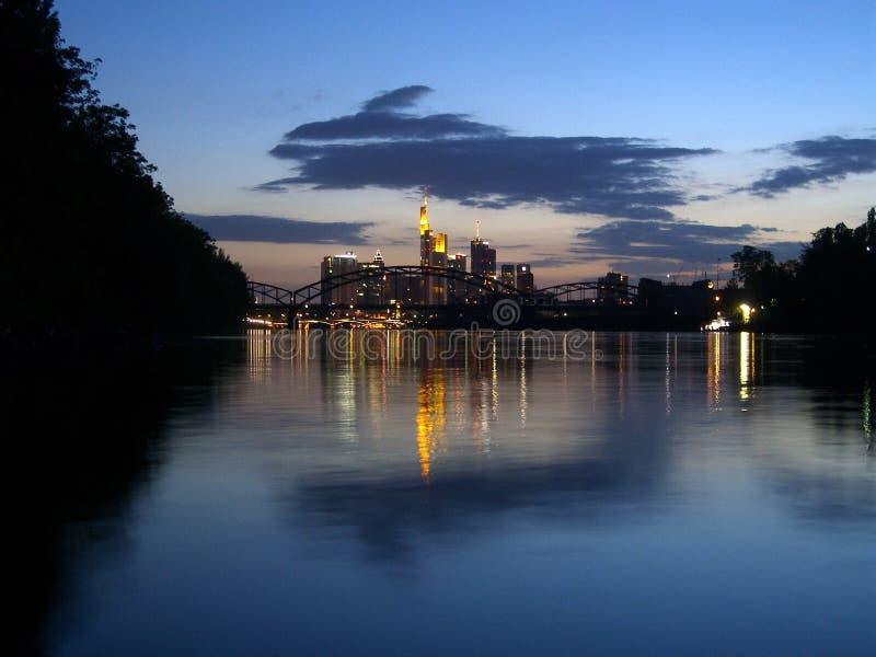 Vista sobre o cano principal de rio à skyline de Francoforte imagem de stock