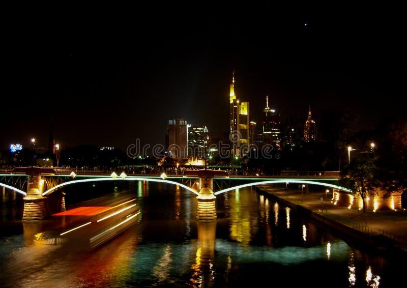 Vista sobre o cano principal de rio à skyline de Francoforte fotografia de stock royalty free