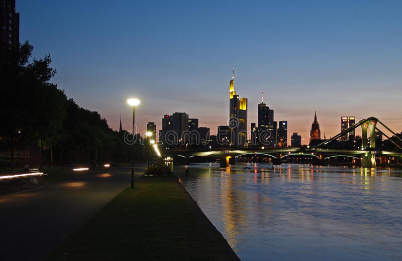 Vista sobre o cano principal de rio à skyline de Francoforte foto de stock