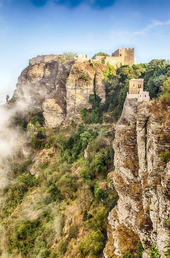 Vista sobre o castelo medieval do Vênus em Erice, Sicília foto de stock