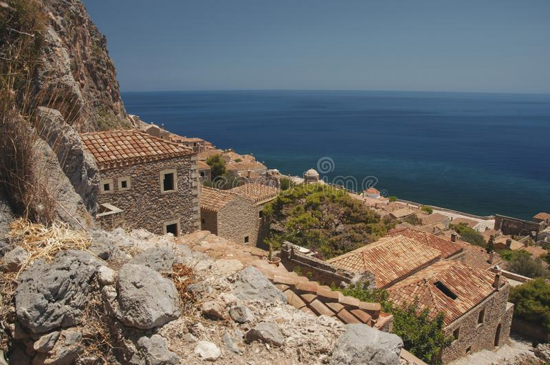 Vista sobre o ` escondido ` da cidade de Monemvasia foto de stock royalty free