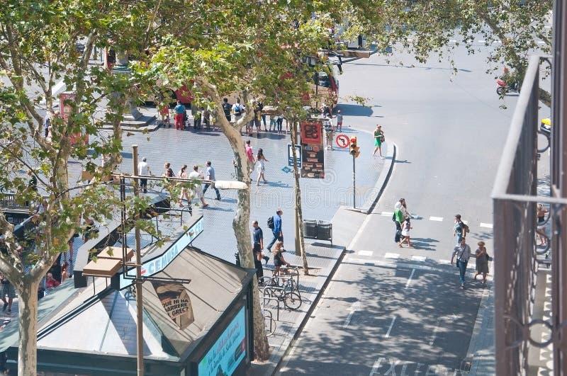 Vista sobre o La Rambla da avenida com cruzamento pedestre fotos de stock royalty free