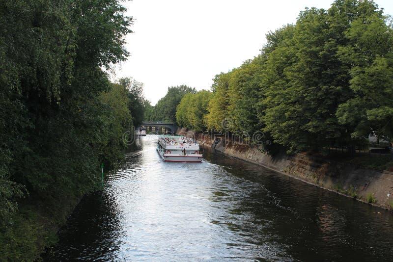 Vista sobre o Landwehrkanal em Berlim imagens de stock