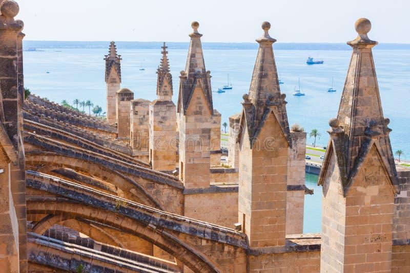 Vista sobre o mar com alguns barcos do terraço da catedral de Santa Maria de Palma, igualmente conhecida como o La Seu imagens de stock