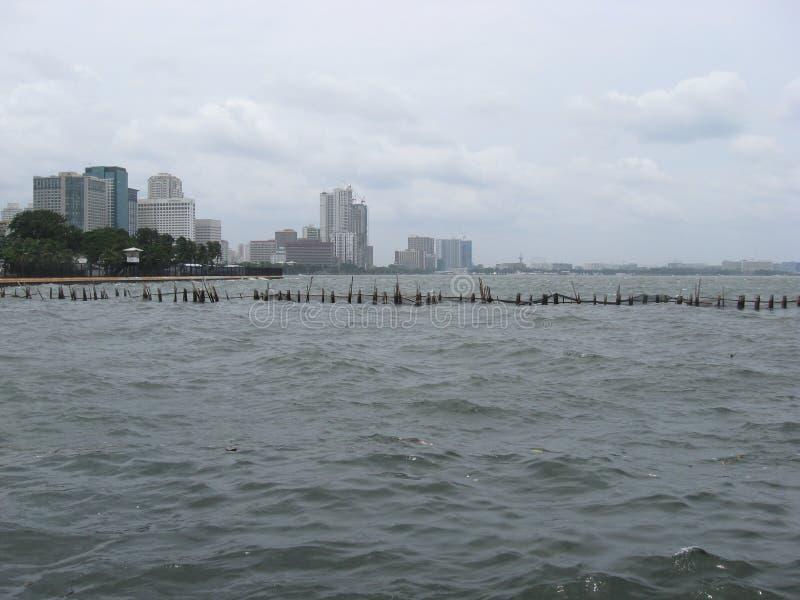 Vista sobre o mar para a cidade perto do parque do oceano de Manila, Manila imagens de stock