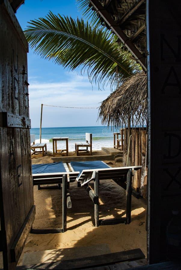 Vista sobre o mar visto de um beachhut em Galle em Sri Lanka imagem de stock
