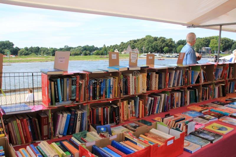 A vista sobre o mercado famoso do livro da cidade Deventer é o verão fotos de stock