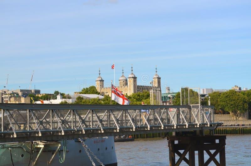 Vista sobre o molhe do ` de Belfast do ` do navio do museu à torre de Londres fotos de stock royalty free