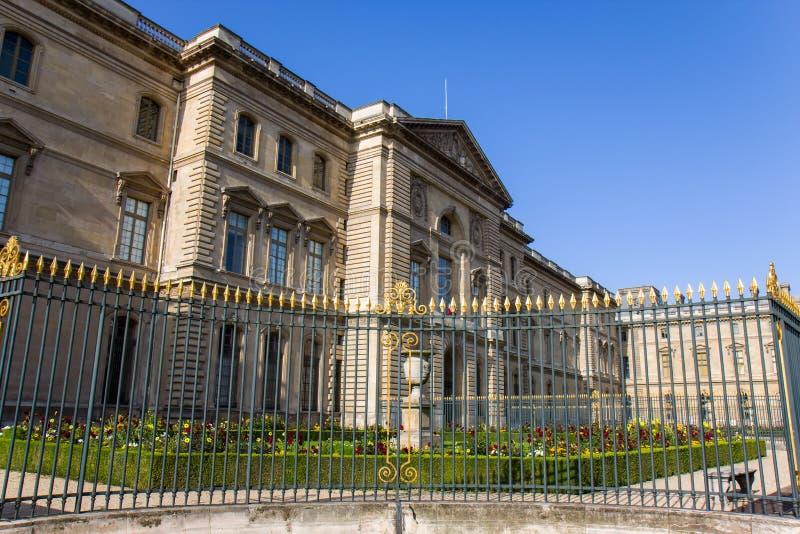 Vista sobre o museu do Louvre em Paris imagens de stock
