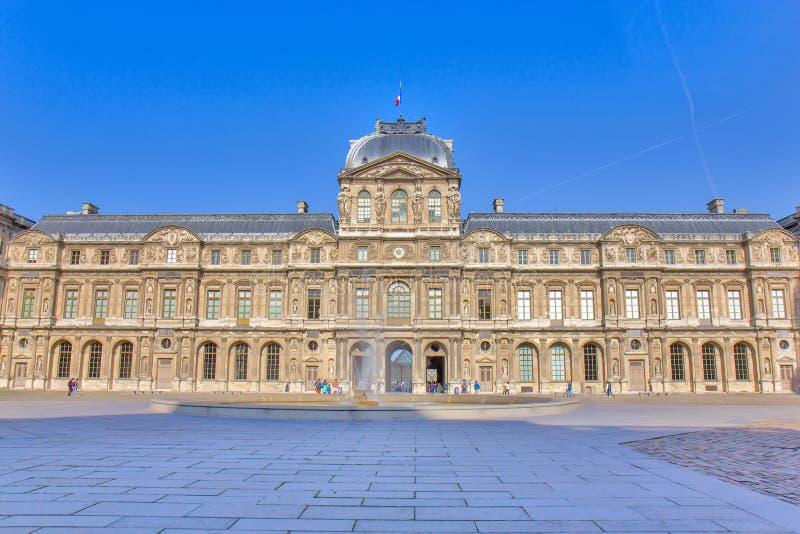 Vista sobre o museu do Louvre em Paris foto de stock royalty free